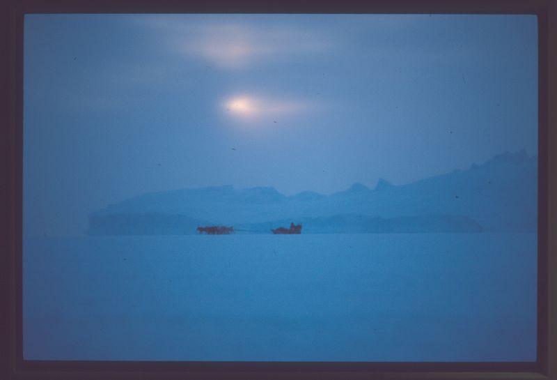 fanger foran isbjerg